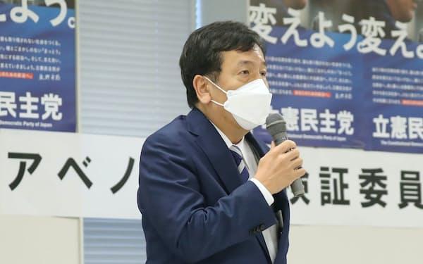 立憲民主党が立ち上げたアベノミクス検証委員会の初会合で発言する枝野代表(14日、国会内)