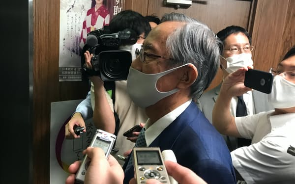 記者団の取材に答える細田派の細田博之会長(14日、党本部)