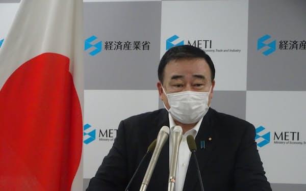 記者会見で「デジタル応援隊事業」の新規受付停止を表明する梶山経産相