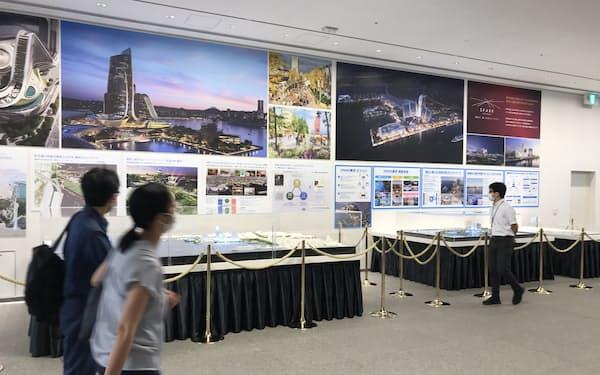 事業者の2案のパース図や模型を展示する(27日、横浜市)