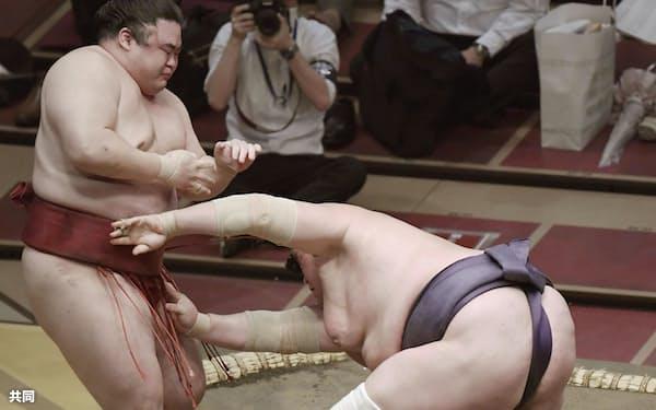 照ノ富士(右)が寄り切りで隆の勝を下す(14日、両国国技館)=共同