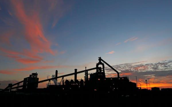 鉄鋼分野も脱炭素に取り組む(英国の製鉄所)=ロイター