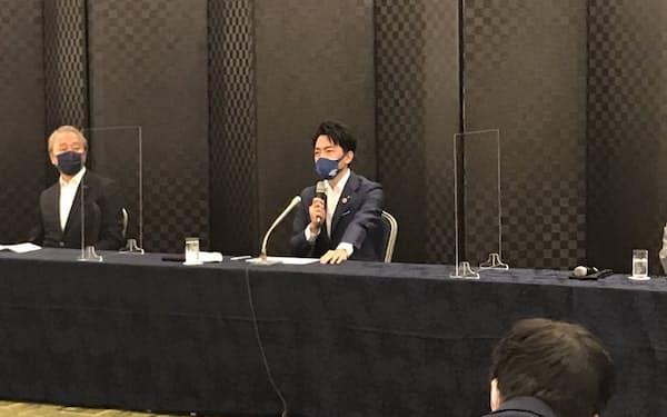 記者会見する小泉進次郎環境相(14日、神奈川県横須賀市)