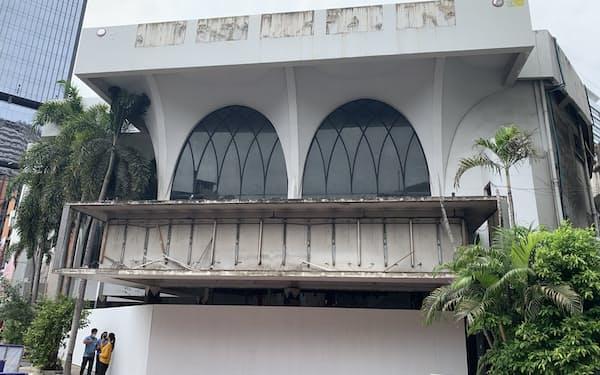 閉鎖した老舗映画館「ザ・スカラ」は取り壊しが進む(14日、バンコク)