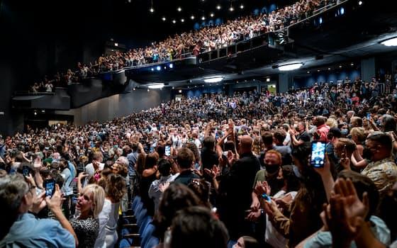 14日、米ニューヨークの劇場でミュージカル鑑賞に集まった人たち=AP