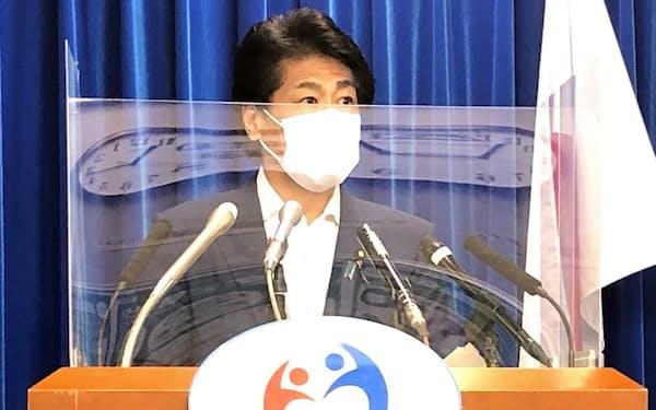 田村憲久厚生労働相はワクチンの追加接種について専門家による協議を進める方針を示した(14日、厚労省)