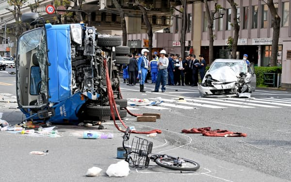 乗用車が歩行者をはねた事故現場を調べる警視庁の捜査員ら(19年4月、東京・池袋)