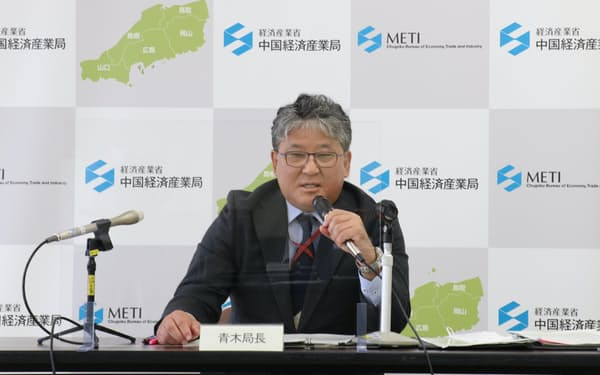 記者会見する青木局長(15日、広島市)