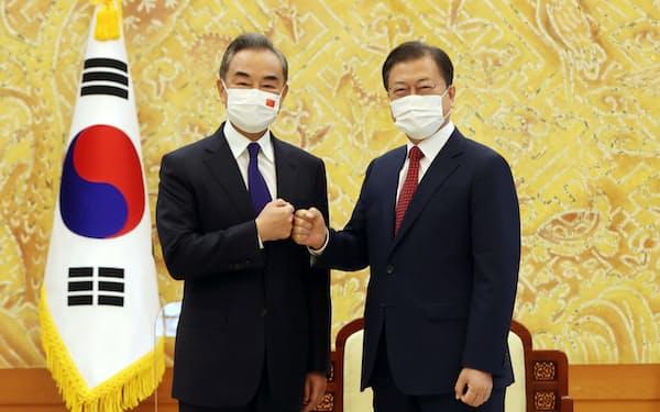 韓国の文在寅大統領㊨と会談した中国の王毅国務委員兼外相(9月15日、ソウル)=ロイター