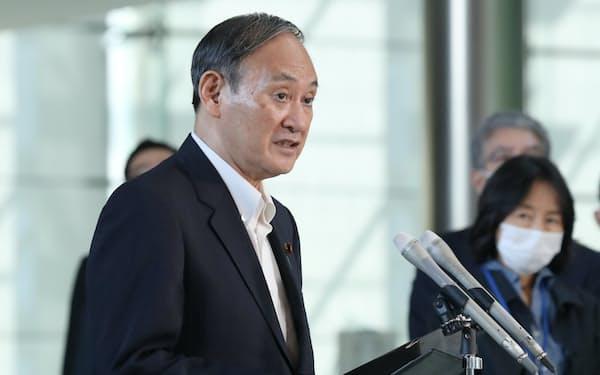 北朝鮮による飛翔体の発射について報道陣の質問に答える菅首相(15日、首相官邸)