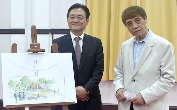 湯川秀樹旧宅について説明する安藤忠雄氏㊨と京大の湊長博総長