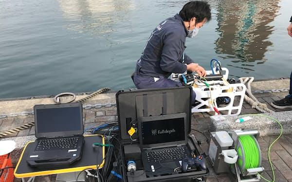 水中ドローンはゲームのコントローラーを使って操作する