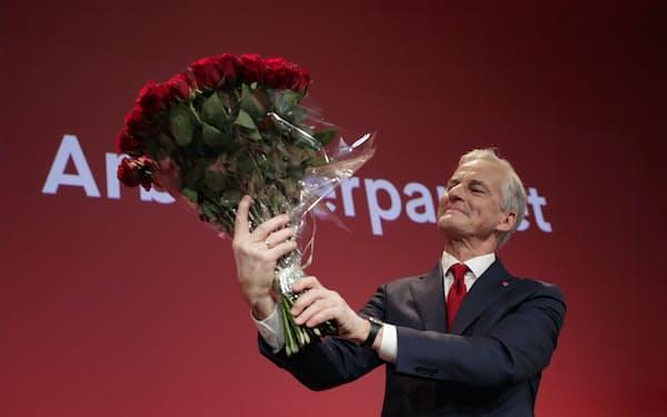 ノルウェー議会選で勝利し、次期首相に就く見通しになった労働党のストーレ党首(13日、オスロ)=AP