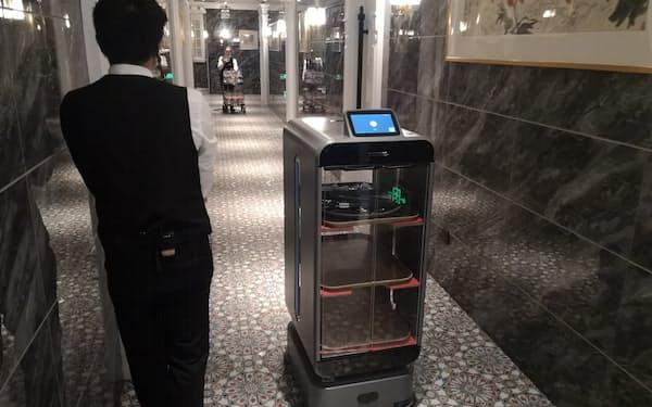 レストランで使われているキーンオンの配送ロボット(21年4月、上海市)
