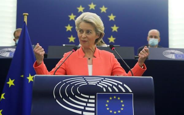 欧州議会で演説するフォンデアライエン欧州委員長(15日、仏ストラスブール)=ロイター