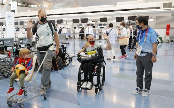 東京パラリンピックの開催で選手らの入国が増えた=共同