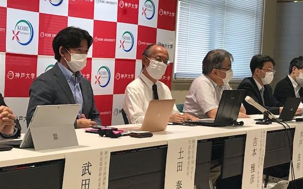 オンラインでの認知症予防・健康増進サービスについて説明する神戸大などの関係者(神戸市)