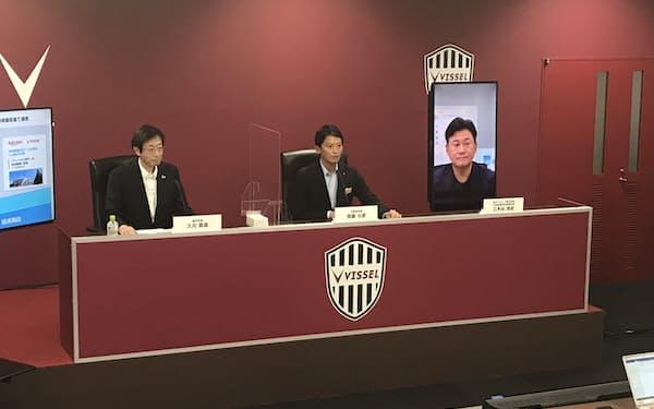 記者会見する斎藤元彦兵庫県知事(中央)ら(15日、神戸市)