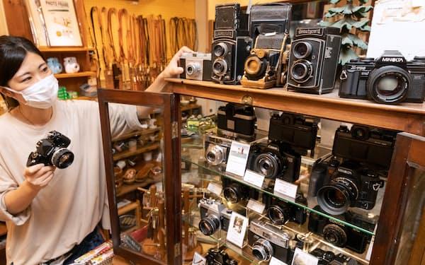 中古フィルムカメラが並ぶ店内(東京都目黒区のポパイカメラ)
