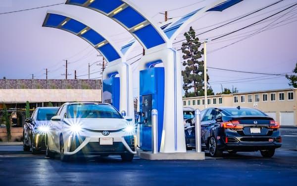 カリフォルニア州で操業を開始した70MPa水素充填ディスペンサーが4台並ぶ世界初の水素ステーション(FEF社提供)