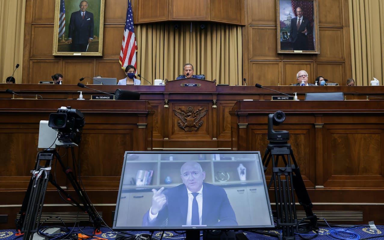 独禁法を巡る公聴会でビデオ会議システムを通じて証言するアマゾン創業者ジェフ・ベゾス氏(20年7月)=ロイター
