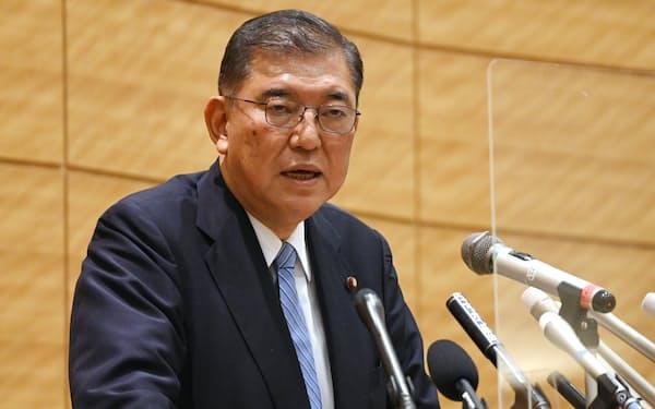 記者会見で自民党総裁選への不出馬を表明する石破茂氏(15日、国会内)