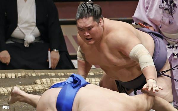 照ノ富士が引き落としで北勝富士を下す(15日、両国国技館)=共同