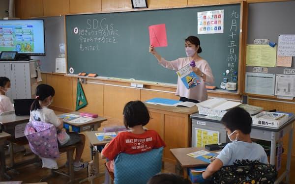 足立区は小学校にSDGsについて学べるドリルを配布し、授業などで活用してもらう(9月15日、区立島根小学校)