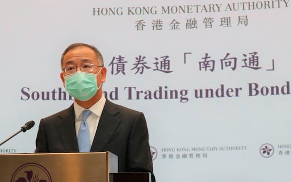 15日、相互取引の拡大を発表する香港金融管理局の余偉文総裁