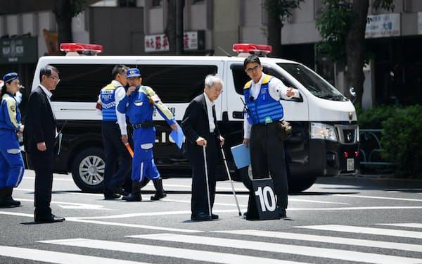 事故現場の交差点で実況見分に応じる飯塚被告(2019年6月、東京都豊島区)