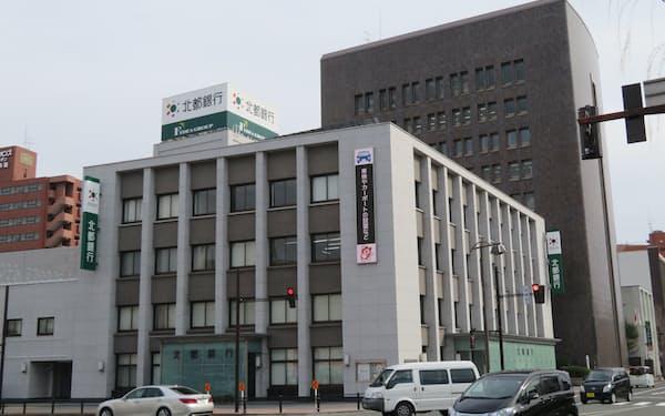 秋田市内にある北都銀行の本店