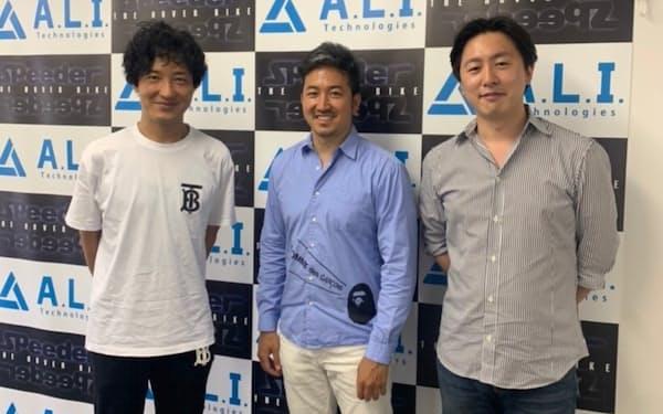 ALIからゼロボードが生まれた(左がALIの小松周平会長、右が片野大輔社長、中央がゼロボードの渡慶次道隆代表)