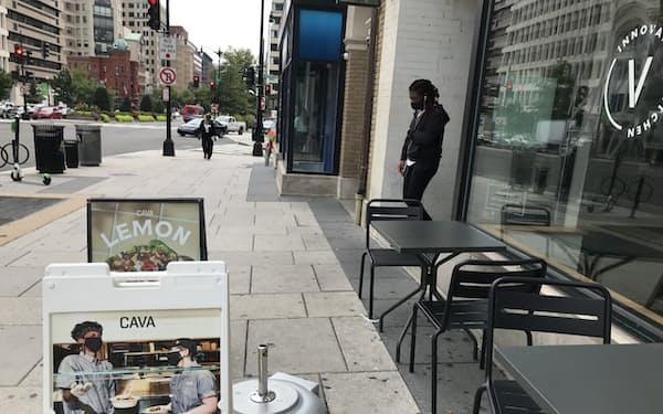 求人広告を掲げるレストラン(米ワシントン)