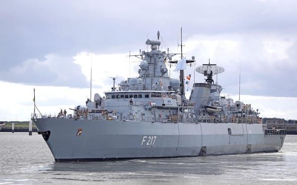 ドイツ北部の港を出港する同国海軍のフリゲート艦「バイエルン」(ⓒBundeswehr/Nico Theska・共同)