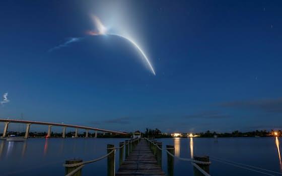 15日、米フロリダ州のケネディ宇宙センターから民間人4人を乗せた宇宙船「クルードラゴン」が打ち上げられた。ベロビーチ近くからロケットの光跡が見えた=ロイター