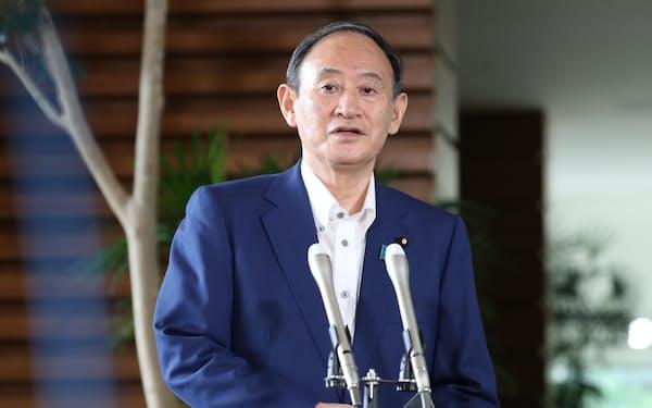 内閣発足から1年を迎え、報道陣の質問に答える菅首相(16日午前、首相官邸)