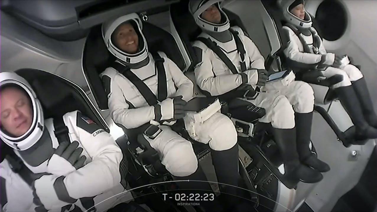 宇宙船「クルードラゴン」に搭乗した4人の民間人乗組員(15日、米フロリダ州)=AFP時事
