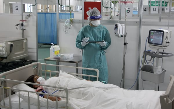酸素吸入にくわえ、抗体カクテル療法も実施する(写真は実演の様子)