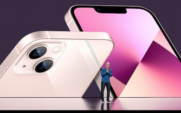 新型「iPhone」を発表するアップルのクックCEO(9月14日、米カリフォルニア州の本社で)=ロイター