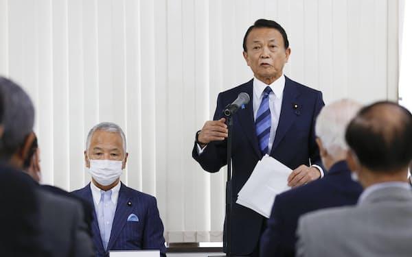自民党麻生派の会合であいさつする麻生太郎会長。左は甘利税調会長(16日、都内)