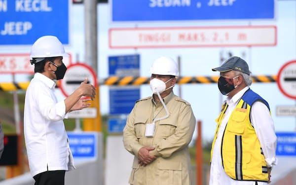 インドネシアの新首都予定地近くの有料道路開通式に出席したジョコ大統領㊧とプラボウォ国防相㊥(8月24日、東カリマンタン州)=大統領府提供