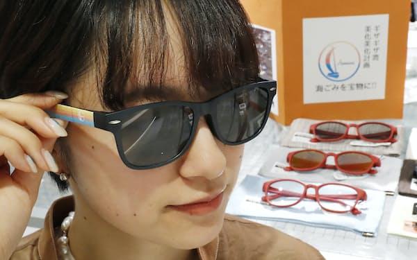 若狭湾に漂着した海洋ペットボトルから作られた「オーシャングラス」(9月、東京都渋谷区のhaishop)