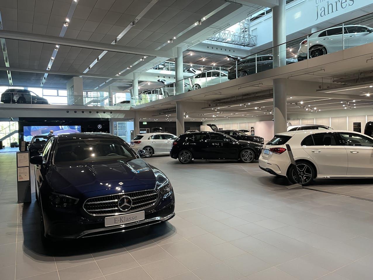 新車販売に半導体不足の影響が顕在化してきた(写真は独ミュンヘンのメルセデス・ベンツの販売店)