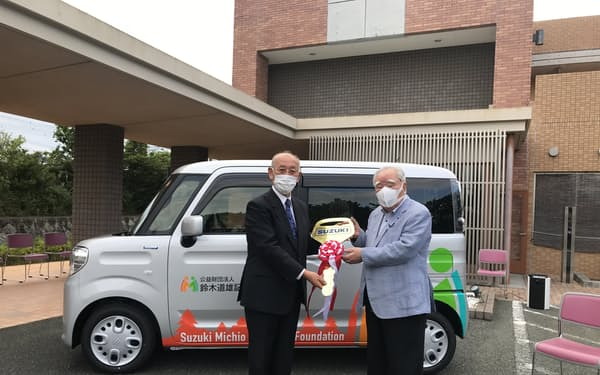 鈴木道雄記念財団が開いた福祉車両の寄贈式(16日、浜松市内の井友会の介護老人福祉施設)