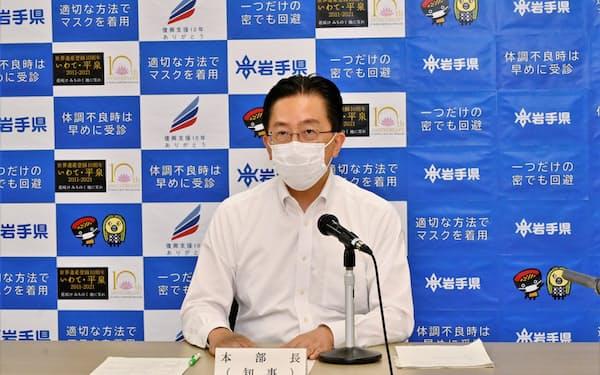 岩手県独自の緊急事態宣言の解除を発表する達増拓也知事(16日、岩手県庁)