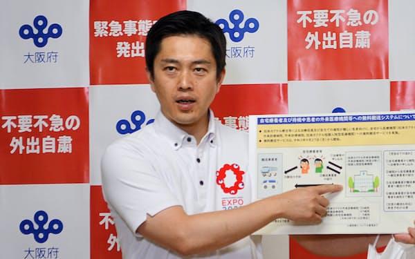 記者団の取材に応じる吉村洋文知事(16日、大阪府庁)