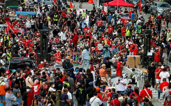バンコク中心部の道路を占拠するタクシン派のデモ隊(5日)=ロイター