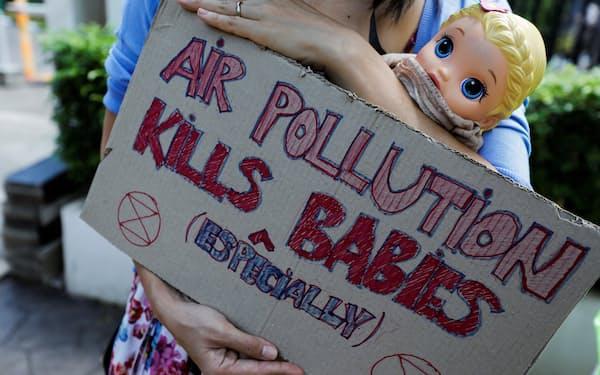 インドネシアの中央ジャカルタ地方裁判所で、大統領の大気汚染への責任を判断する裁判の傍聴を求める市民(16日)=ロイター