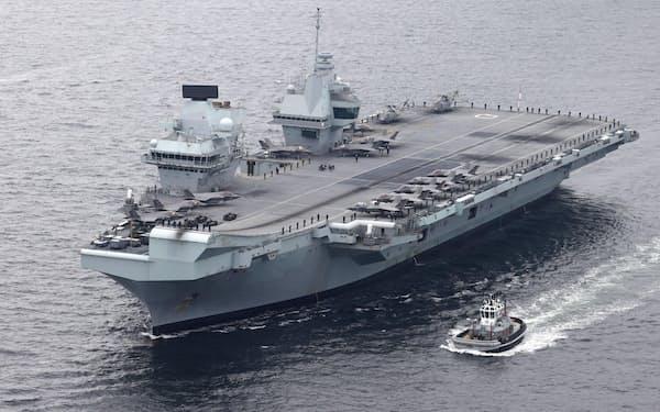 英最新鋭空母のクイーン・エリザベスは今月上旬、米軍横須賀基地に寄港した(共同通信社ヘリから)