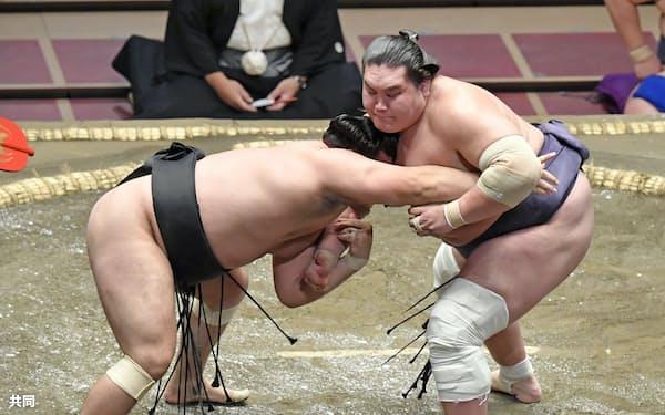 霧馬山(左)を攻める照ノ富士。寄り切りで下す(16日、両国国技館)=共同